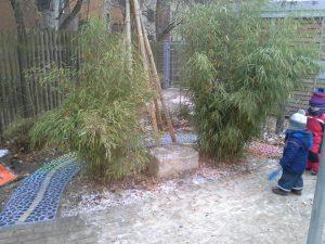 Strauchliebe gepflasterter Regenbogenweg Kindergarten